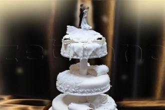 Свадебный торт с крупными бантами.