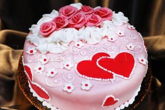 Свадебный одноярусный торт с серцами.