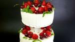 Свадебный торт со свежей клубникой.