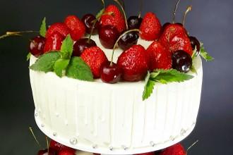 Свадебный торт со свежей клубникой