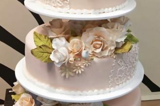 Свадебный торт  с букетами роз