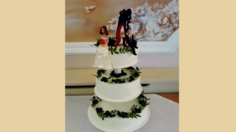 Свадебный торт  с сахарными фигурками жениха и невесты