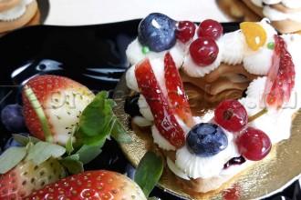 Пирожное Сердце с ягодой
