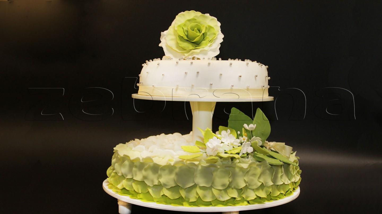 Свадебный торт c лепестками роз