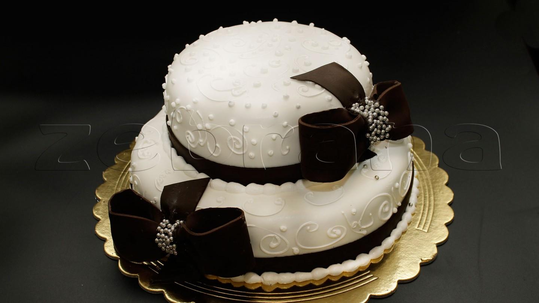 Свадебный торт с шоколадными  бантами.