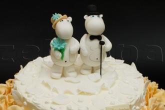 Свадебный торт с фигурками бегемотиков.